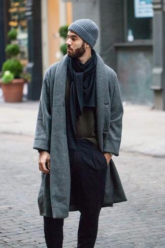 Cómo combinar: gorro gris, pantalón de vestir negro, jersey con cuello circular verde oliva, abrigo largo gris