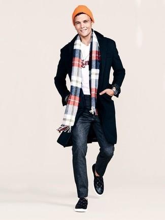 Cómo combinar: zapatillas slip-on de cuero negras, pantalón de vestir de lana en gris oscuro, jersey con cuello circular estampado blanco, abrigo largo negro