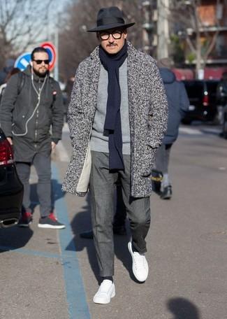 Cómo combinar: tenis de cuero blancos, pantalón de vestir en gris oscuro, jersey con cuello circular gris, abrigo largo de espiguilla gris