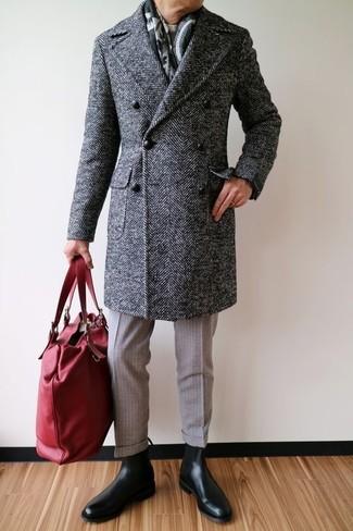 Cómo combinar: botines chelsea de cuero negros, pantalón de vestir de lana en beige, jersey con cuello circular en beige, abrigo largo de espiguilla en gris oscuro