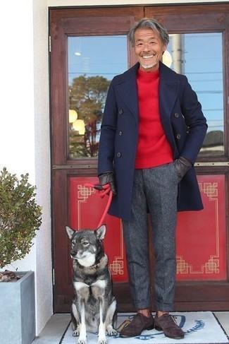 Cómo combinar: zapatos oxford de ante en marrón oscuro, pantalón de vestir de lana en gris oscuro, jersey con cuello circular rojo, abrigo largo azul marino