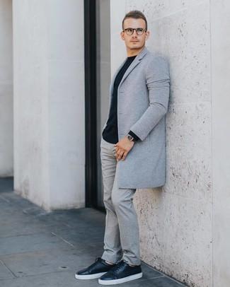 Cómo combinar: tenis de cuero negros, pantalón de vestir de lana gris, jersey con cuello circular negro, abrigo largo gris