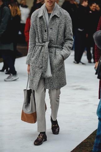 Combinar un pantalón de vestir gris: Emparejar un abrigo largo de espiguilla gris con un pantalón de vestir gris es una opción incomparable para una apariencia clásica y refinada. Mocasín de cuero en marrón oscuro son una opción buena para completar este atuendo.