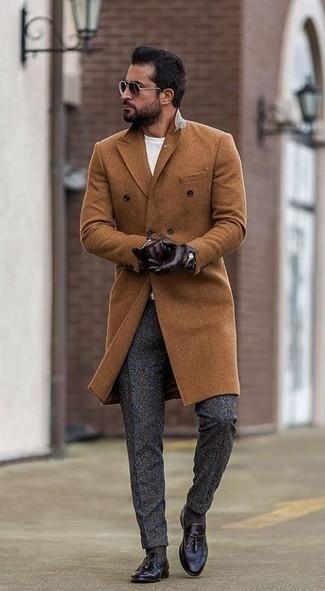 Combinar un pantalón de vestir de lana en gris oscuro: Emparejar un abrigo largo en tabaco junto a un pantalón de vestir de lana en gris oscuro es una opción estupenda para una apariencia clásica y refinada. ¿Por qué no añadir mocasín con borlas de cuero morado oscuro a la combinación para dar una sensación más relajada?