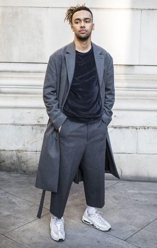 Combinar un pantalón de vestir de lana en gris oscuro: Algo tan simple como optar por un abrigo largo en gris oscuro y un pantalón de vestir de lana en gris oscuro puede distinguirte de la multitud. Si no quieres vestir totalmente formal, opta por un par de deportivas blancas.