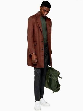 Combinar una bolsa tote de lona verde oscuro: Para un atuendo tan cómodo como tu sillón casa un abrigo largo en tabaco con una bolsa tote de lona verde oscuro. Este atuendo se complementa perfectamente con tenis de cuero blancos.