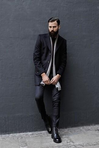 Cómo combinar: botas brogue de cuero negras, pantalón de vestir negro, jersey con cuello circular burdeos, abrigo largo negro