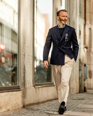 Cómo combinar: zapatos derby de ante negros, pantalón de vestir en beige, jersey con cuello circular negro, blazer cruzado azul marino
