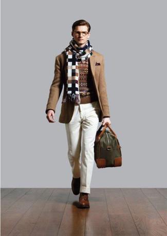 Cómo combinar: zapatos derby de cuero marrónes, pantalón de vestir blanco, jersey con cuello circular de grecas alpinos marrón, blazer marrón claro
