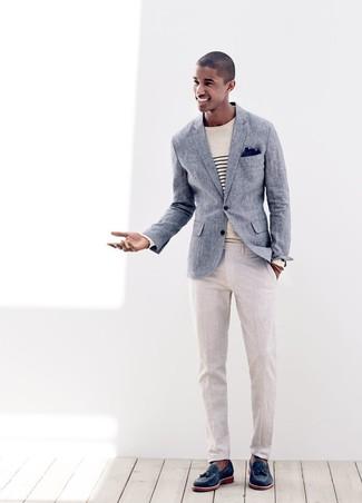 Cómo combinar: mocasín con borlas de cuero azul marino, pantalón de vestir de lino en beige, jersey con cuello circular de rayas horizontales en beige, blazer de lino azul