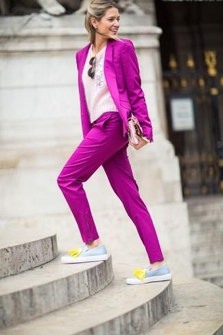Cómo combinar: mocasín con borlas de cuero gris, pantalón de vestir rosa, jersey con cuello circular de angora rosado, blazer rosa