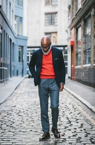 Cómo combinar: botas casual de cuero en marrón oscuro, pantalón de vestir de lana gris, jersey con cuello circular naranja, blazer de lana negro