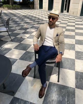 Cómo combinar: zapatos oxford de cuero marrónes, pantalón de vestir azul marino, jersey con cuello circular en beige, blazer en beige