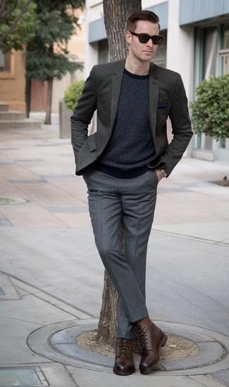 Combinar un pañuelo de bolsillo azul marino para hombres de 30 años: Empareja un blazer verde oscuro con un pañuelo de bolsillo azul marino transmitirán una vibra libre y relajada. Botas casual de cuero marrónes levantan al instante cualquier look simple.