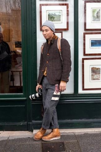 Cómo combinar: botas brogue de cuero marrón claro, pantalón de vestir de lana en gris oscuro, jersey con cuello circular mostaza, blazer de lana en marrón oscuro