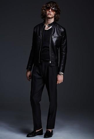Cómo combinar: mocasín de cuero negro, pantalón de vestir negro, jersey con cuello circular negro, cazadora de aviador de cuero negra