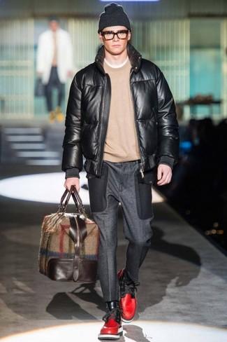 Cómo combinar: botas casual de cuero rojas, pantalón de vestir de lana en gris oscuro, jersey con cuello circular en beige, cazadora de aviador de cuero negra