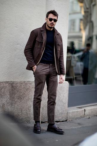 Cómo combinar: zapatos con doble hebilla de cuero morado oscuro, pantalón de vestir de rayas verticales marrón, jersey con cuello circular azul marino, chaqueta campo de ante en marrón oscuro
