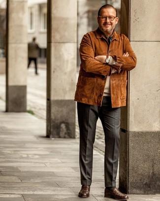 Cómo combinar: mocasín de cuero marrón, pantalón de vestir de rayas verticales en gris oscuro, jersey con cuello circular en beige, chaqueta campo de ante en tabaco
