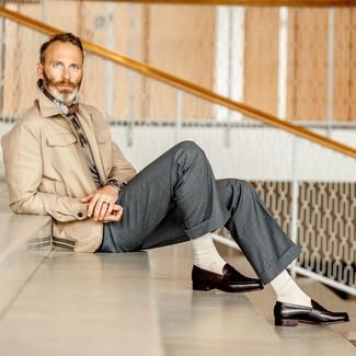 Cómo combinar: mocasín de cuero en marrón oscuro, pantalón de vestir gris, jersey con cuello circular gris, chaqueta campo en beige