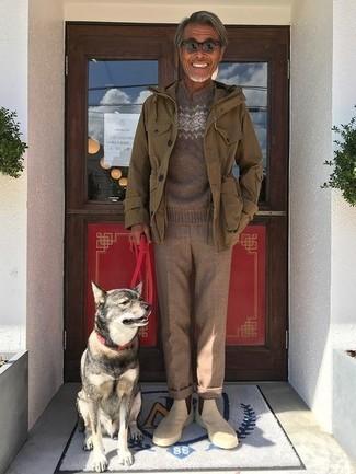 Cómo combinar: botines chelsea de ante en beige, pantalón de vestir de lana marrón, jersey con cuello circular de grecas alpinos marrón, chaqueta militar verde oliva