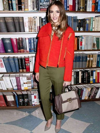 Cómo combinar: zapatos de tacón de cuero grises, pantalón de vestir verde oliva, jersey con cuello circular a lunares en blanco y negro, chaqueta motera de lana roja