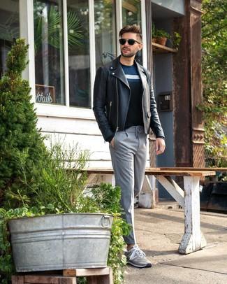 Cómo combinar: tenis grises, pantalón de vestir de rayas verticales gris, jersey con cuello circular de rayas horizontales azul marino, chaqueta motera de cuero negra