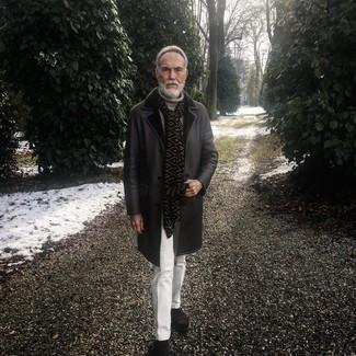 Cómo combinar: botines chelsea de ante en marrón oscuro, pantalón de vestir blanco, jersey de cuello alto de punto en beige, abrigo de piel de oveja negro
