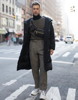 Combinar un abrigo de plumón: Considera ponerse un abrigo de plumón y un pantalón de vestir de lana de espiguilla gris para las 8 horas. ¿Quieres elegir un zapato informal? Haz deportivas blancas tu calzado para el día.