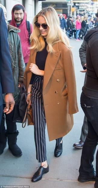 Combinar un pantalón de vestir de rayas verticales azul marino: Haz de un abrigo marrón y un pantalón de vestir de rayas verticales azul marino tu atuendo para lograr un look de vestir pero no muy formal. Zapatos oxford de cuero negros son una opción buena para completar este atuendo.