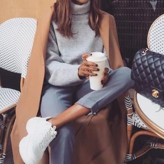 Cómo combinar: deportivas blancas, pantalón de vestir gris, jersey de cuello alto de lana gris, abrigo marrón claro