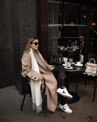 Cómo combinar: tenis de cuero en blanco y negro, pantalón de vestir negro, jersey de cuello alto en beige, abrigo en beige