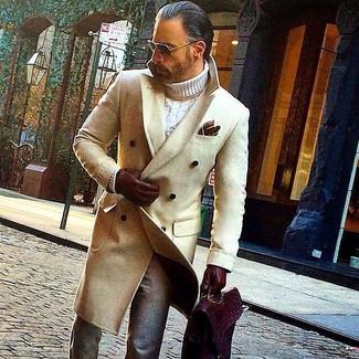 Combinar unos guantes de cuero burdeos: Intenta ponerse un abrigo largo en beige y unos guantes de cuero burdeos transmitirán una vibra libre y relajada.