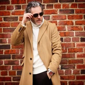 Cómo combinar: gafas de sol negras, pantalón de vestir negro, jersey de cuello alto de punto blanco, abrigo largo marrón claro