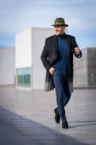 Cómo combinar: mocasín de ante negro, pantalón de vestir a cuadros azul marino, jersey de cuello alto en verde azulado, abrigo largo en gris oscuro