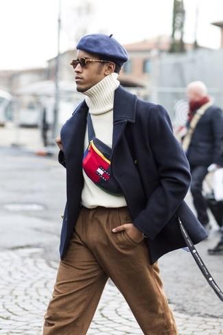 Cómo combinar: gorra inglesa azul marino, pantalón de vestir de lana marrón, jersey de cuello alto de punto blanco, abrigo largo azul marino