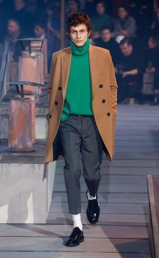 Combinar un jersey de cuello alto verde: Equípate un jersey de cuello alto verde junto a un pantalón de vestir de lana de rayas verticales en gris oscuro para crear un estilo informal elegante. Elige un par de mocasín de cuero negro para mostrar tu inteligencia sartorial.