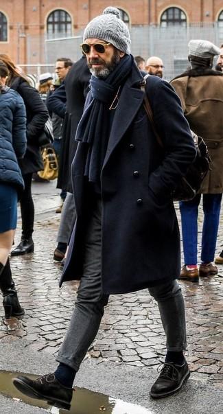 Cómo combinar: zapatos derby de ante negros, pantalón de vestir de lana gris, jersey de cuello alto negro, abrigo largo azul marino