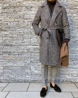 Cómo combinar: mocasín de ante negro, pantalón de vestir de lana gris, jersey de cuello alto en marrón oscuro, abrigo largo de pata de gallo marrón