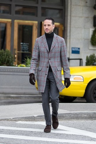 Cómo combinar: zapatos con doble hebilla de ante en marrón oscuro, pantalón de vestir en gris oscuro, jersey de cuello alto negro, abrigo largo de tartán gris