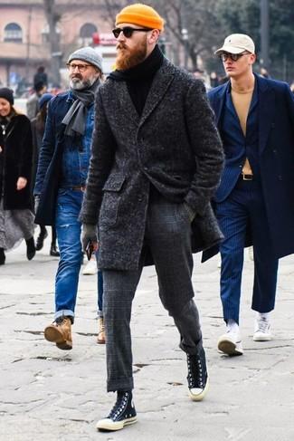 Cómo combinar: zapatillas altas de lona negras, pantalón de vestir de lana a cuadros en gris oscuro, jersey de cuello alto negro, abrigo largo en gris oscuro