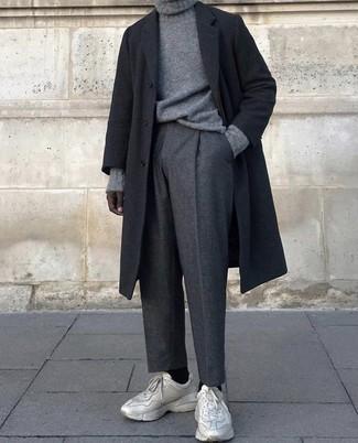 Cómo combinar: deportivas en beige, pantalón de vestir de lana en gris oscuro, jersey de cuello alto de punto gris, abrigo largo negro