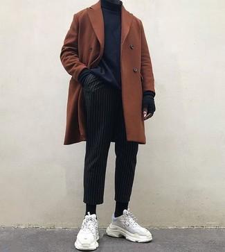 Combinar unos guantes de lana negros: Opta por un abrigo largo en tabaco y unos guantes de lana negros para un look agradable de fin de semana. ¿Quieres elegir un zapato informal? Opta por un par de deportivas de ante blancas para el día.