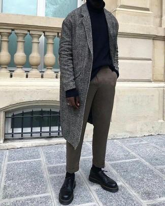 Cómo combinar: zapatos derby de cuero negros, pantalón de vestir de lana marrón, jersey de cuello alto negro, abrigo largo de tartán gris