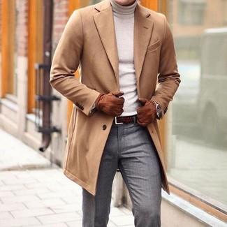 Cómo combinar: correa de cuero tejida en marrón oscuro, pantalón de vestir gris, jersey de cuello alto en beige, abrigo largo marrón claro