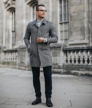 Cómo combinar: botines chelsea de cuero negros, pantalón de vestir de lana negro, jersey de cuello alto gris, abrigo largo gris