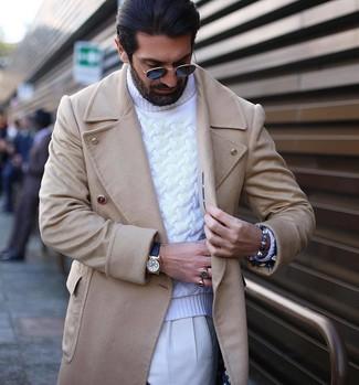 Cómo combinar: reloj de cuero negro, pantalón de vestir blanco, jersey de cuello alto de punto blanco, abrigo largo en beige