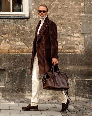Combinar un jersey de cuello alto blanco: Intenta ponerse un jersey de cuello alto blanco y un pantalón de vestir blanco para un perfil clásico y refinado. Mocasín de ante en marrón oscuro son una opción estupenda para complementar tu atuendo.