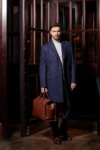 Cómo combinar: mocasín con borlas de cuero marrón, pantalón de vestir azul marino, jersey de cuello alto en beige, abrigo largo azul marino