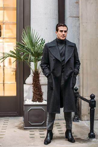 Combinar un abrigo largo en gris oscuro: Emparejar un abrigo largo en gris oscuro junto a un pantalón de vestir de lana de tartán gris es una opción estupenda para una apariencia clásica y refinada. Botines chelsea de cuero negros resaltaran una combinación tan clásico.